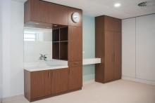 Hasenkopf-Projekt-HT-Group-Zimmer-Hospital-Kuwait-Miraklon-Badelemente-Waschbecken-Ablage.jpg