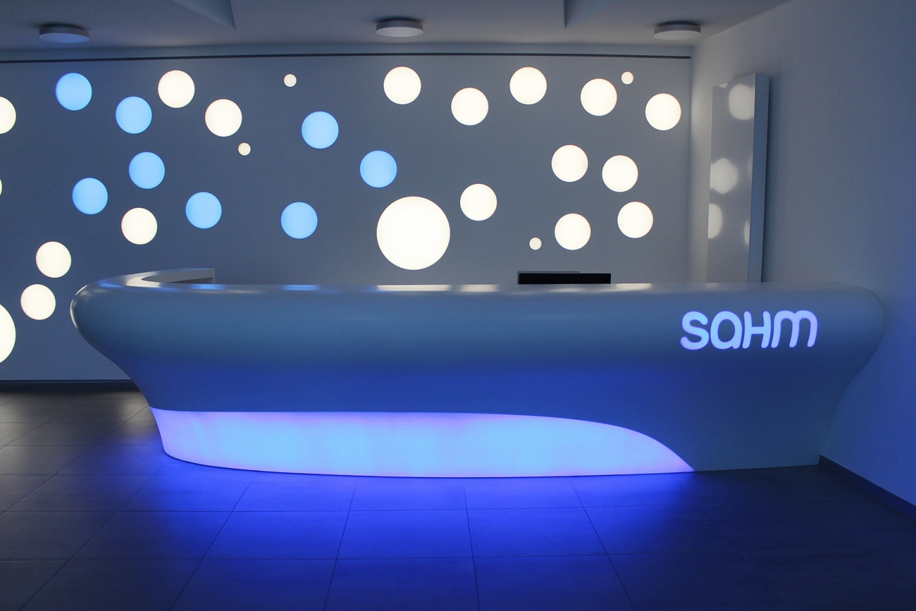 Hasenkopf-Dunkel-Theke-Sahm-Logo-Inlay-Corian-Hinterleuchtet.jpg