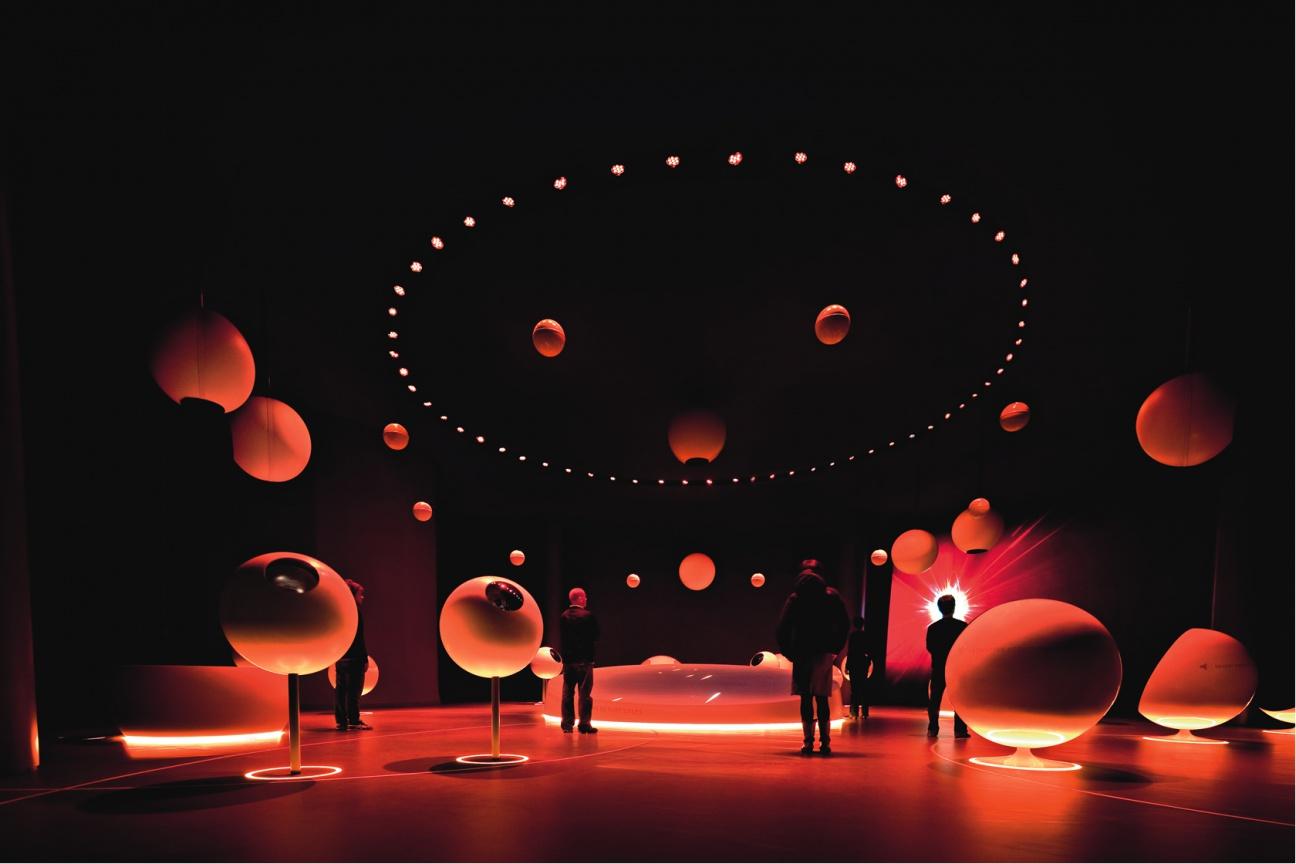 Ausstellung mit Atome und Planeten aus Corian und Acryl