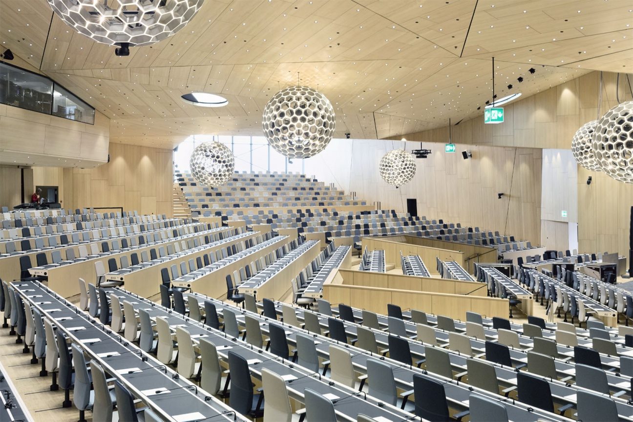 WIPO Plenarsaal mit Corian-Tischauflagen