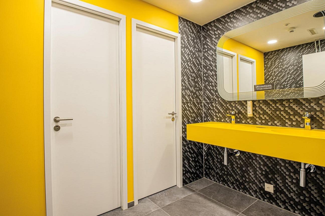 Prizeotel-Karim-Rashid-Projekt-Hasenkopf-Magazin-Gelbe-Waschtische-Hotel.jpg