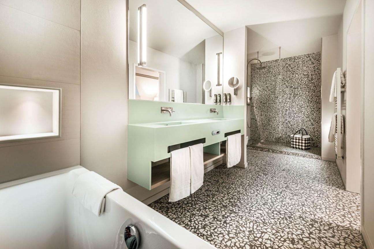 Steigenberger-Hotel-Treudelberg-Hamburg-Projekt-Hasenkopf-Magazin-Badezimmer-Hotel-Waschtisch-Seagrass-Corian.jpg