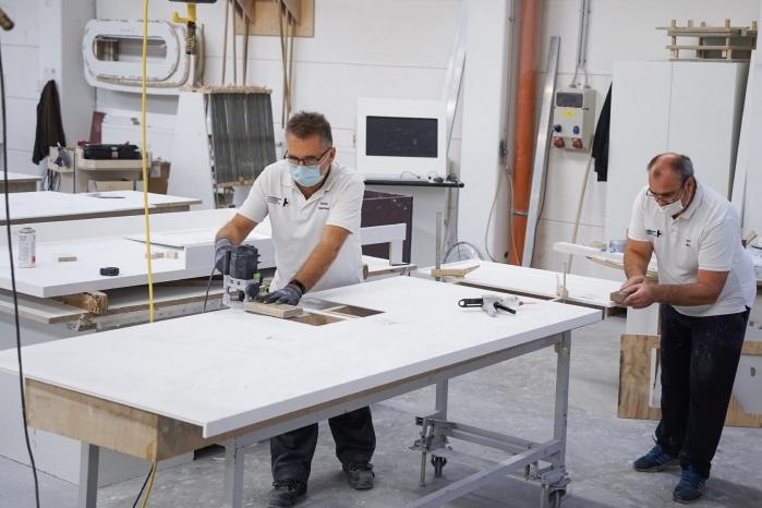 Baddesign-im-Privatbad-Making-of-Produktion-bei-Hasenkopf-Bearbeitung-Mineralwerkstoff-Corian.jpg