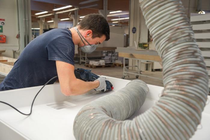 Baddesign-im-Privatbad-Making-of-Produktion-bei-Hasenkopf-Bearbeitung-Mineralwerkstoff-Schleifen.jpg