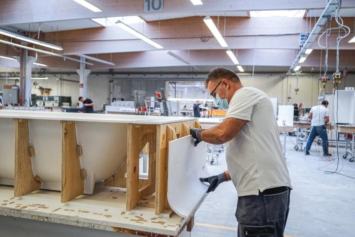 Baddesign-im-Privatbad-Making-of-Produktion-bei-Hasenkopf-Verklebung-Formenbau.jpg