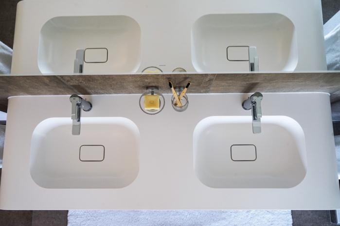 Baddesign-im-Privatbad-mit-Mineralwerkstoff-Detoms-Fotografie-Projekt-Hasenkopf-Magazin-Waschtisch.jpg