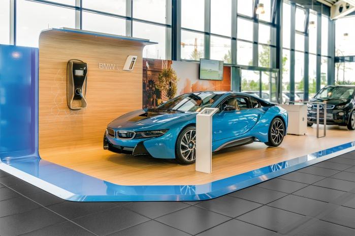 Messebau für BMW i-Serie mit Corian-Stelen und -Tische