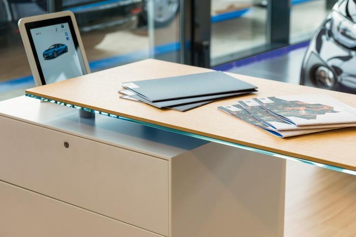 Komplett-Möbel mit Schubladen aus Corian für BMW i Showroom