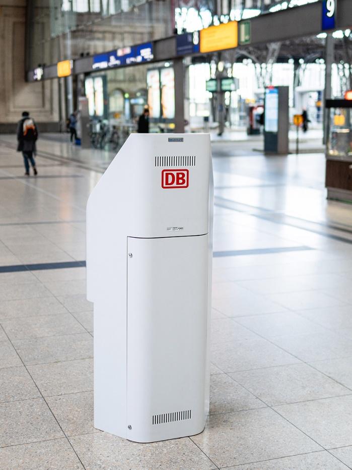 DB Infostelle mit Lüftungsschlitze