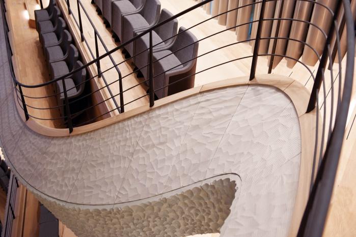 Brüstungsabschluss mit 3D-gefrästem Eichenholz