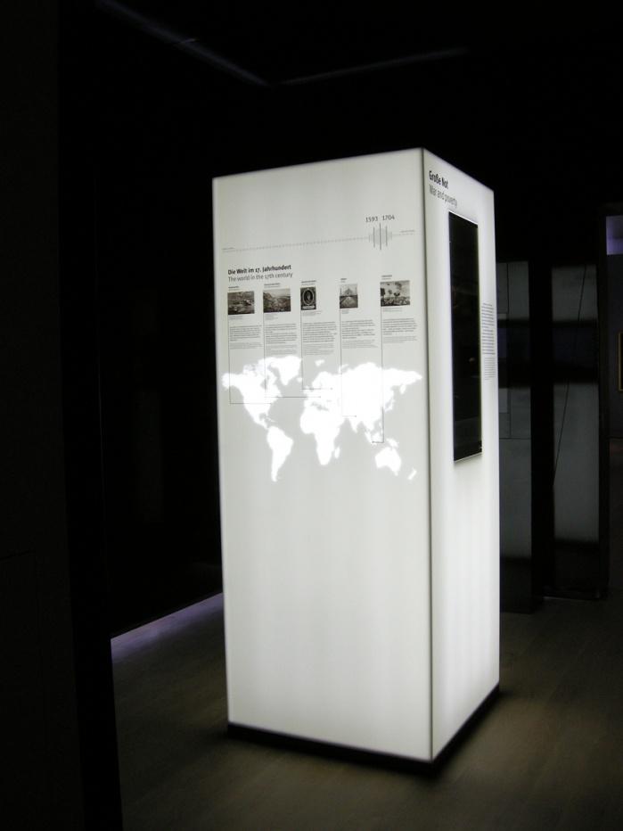 von Hasenkopf gefräste Weltkarte in Corian Stele