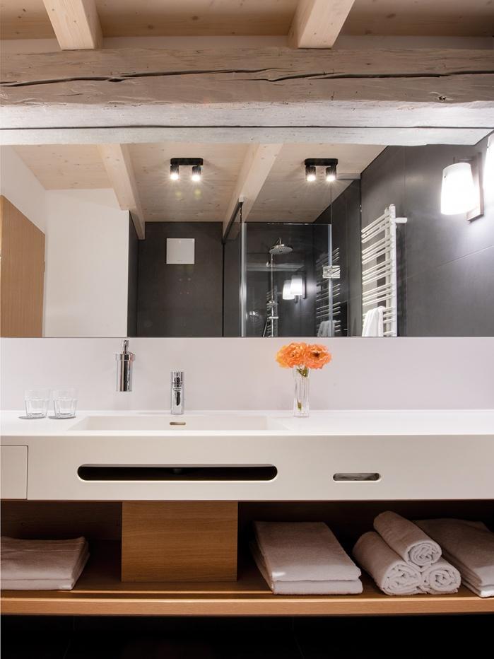 Waschtisch mit Handtuchhalterfräsung und Papiertuchspender