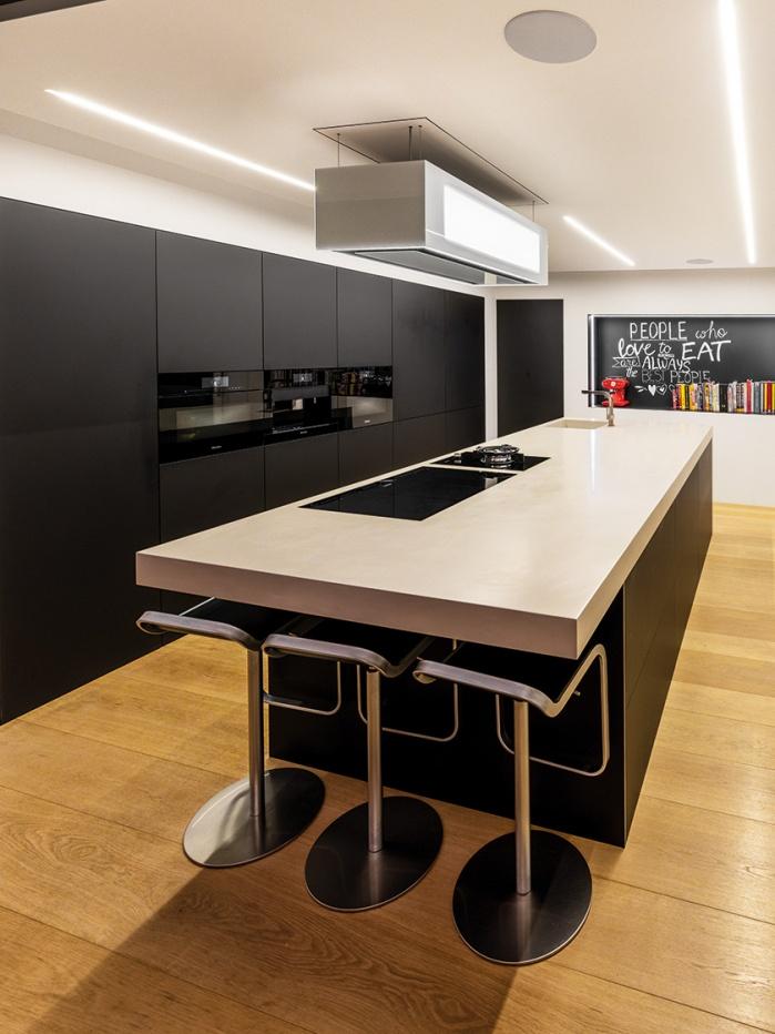 Moderne Küche mit Corian-Arbeitsfläche