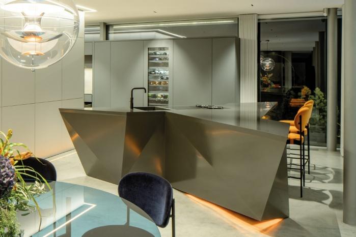 Kueche-Brueckner-Architekten-Hi-Macs-polygonale-Kueche.jpg