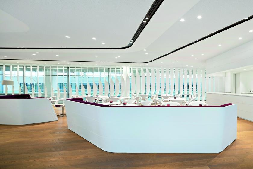 Corian-Verkleidung für Sitzmöbel in Bavaria Lounge