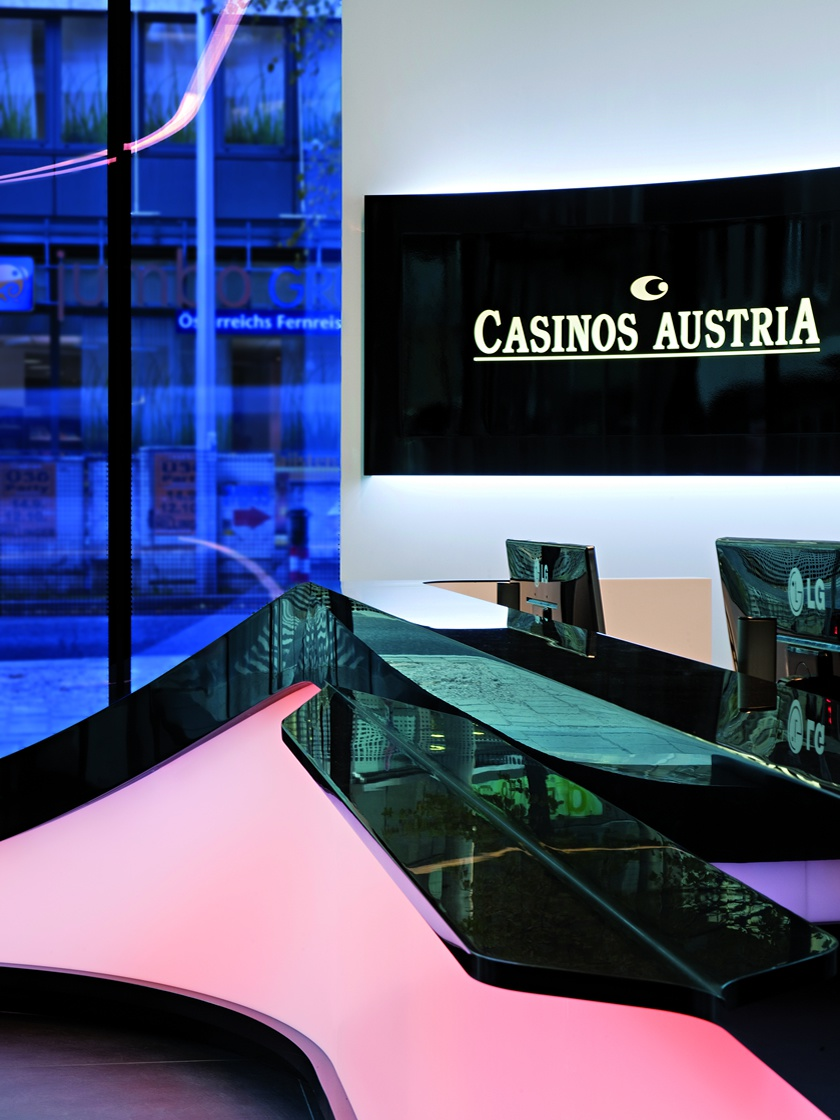Hinterleuchtete Theke aus Mineralwerkstoff für Casinos Austria