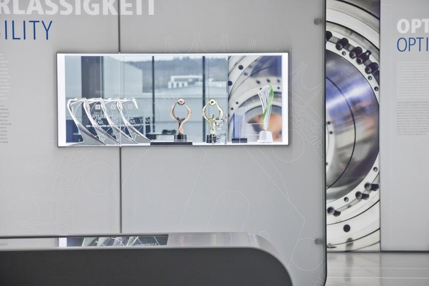 Dauerausstellung mit Mineralwerkstoff-Elementen