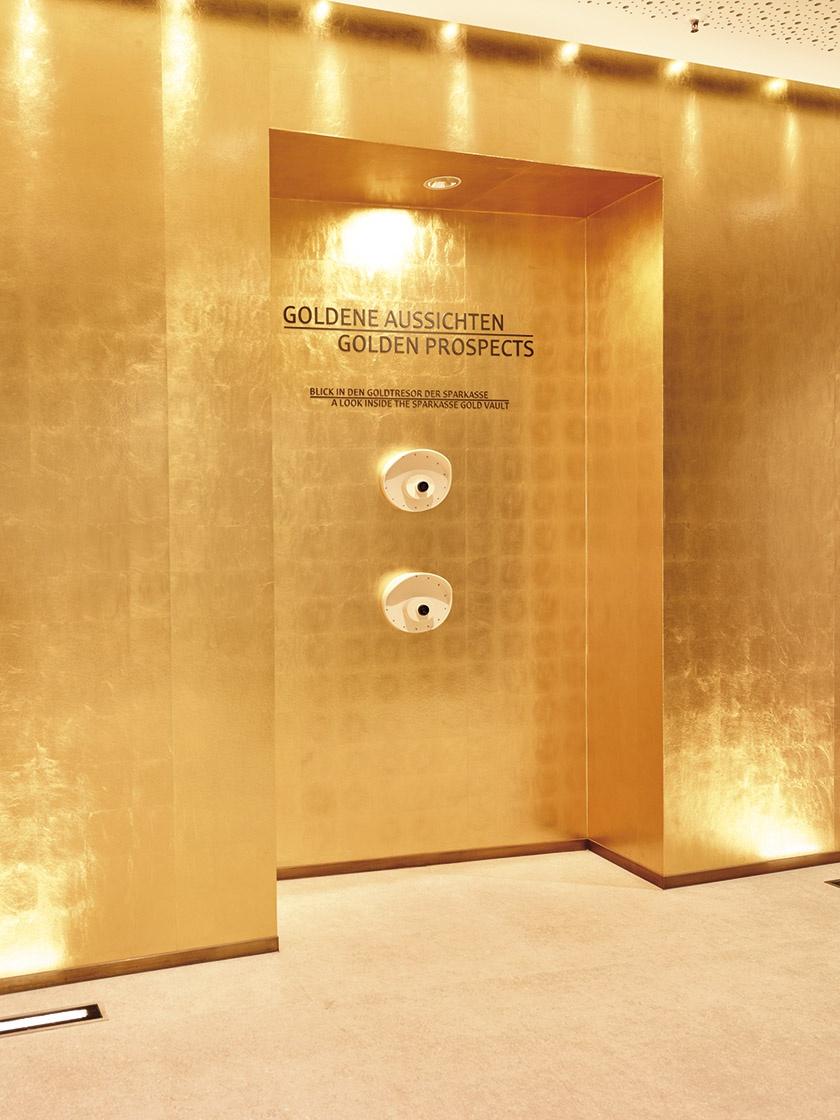 Hi-Macs Guckloch in der goldenen Wand