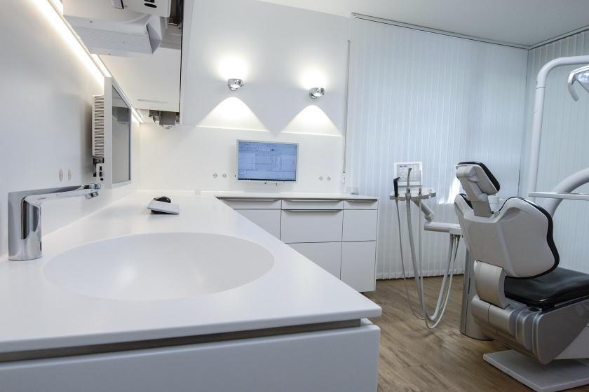 Mineralwerkstoff-Arbeitsfläche in Zahnarztpraxis
