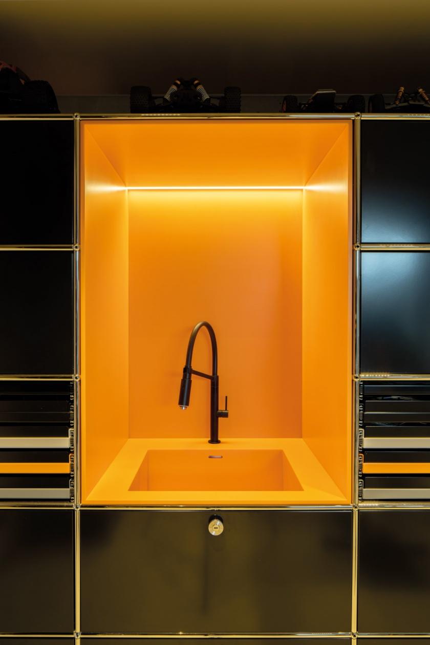 Kueche-Brueckner-Architekten-Hi-Macs-orange-fugenlose-Spuele.jpg