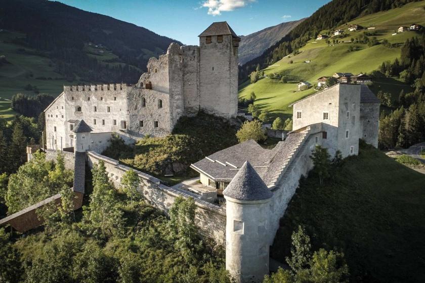 Museum-Burg-Heinfels-Ausstellung-Hasenkopf-Magazin-Projekte-Luftaufnahme.jpg